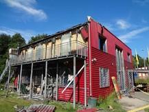 Foto der Bildungsstätte nach dem ersten Anschlag 2011