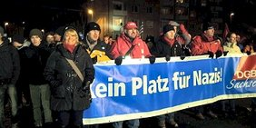 """DGB-Vorsitzende Iris Kloppich auf Demo mit Transparent """"KeinPlatz für Nazis - DGB Sachsen"""" 13. 02. 2012"""