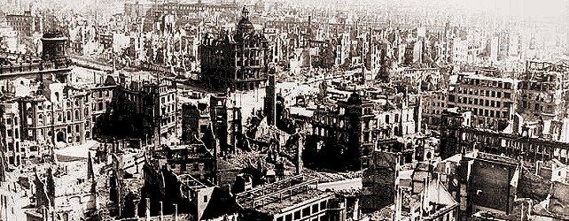 Zerstörtes Dresden 1945: Blick vom Rathausturm auf die zerstörte Stadt. Im Vordergrund der heutige Pirnaische Platz.