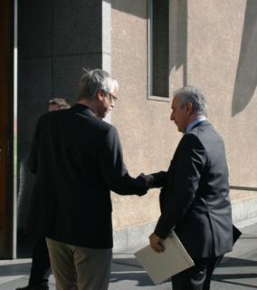 Markus Schlimbach übergibt Ministerpräsident Tillich Infomaterial