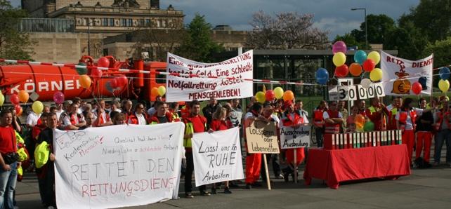 Demonstranten vor dem Sächsischen Landtag