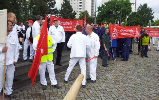 Demonstranten vor dem werktor von VW