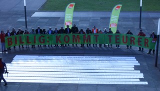Foto vor dem Landtag mit Slogan