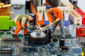 Bauarbeiter auf Elektroplatine