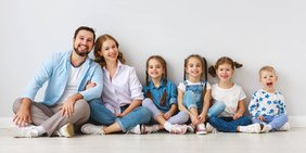 glücklich lachende Familie mit 4 kleinen Kindern