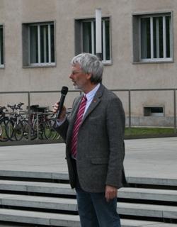Redner Thomas Voß mit Mikrophon