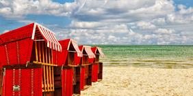 Rote Strandkörbe am Strand