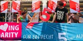 Vor dem Start am Gewerkschaftshaus: Kleine Stärkung für die Demo