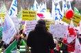 Detlef Heuke (ver.di) spricht auf der Kundgebung in Chemnitz